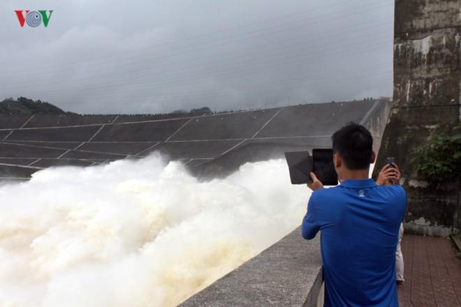 Ảnh: Háo hức chụp hình, xem Thủy điện Hòa Bình mở cửa xả đáy - Ảnh 10.