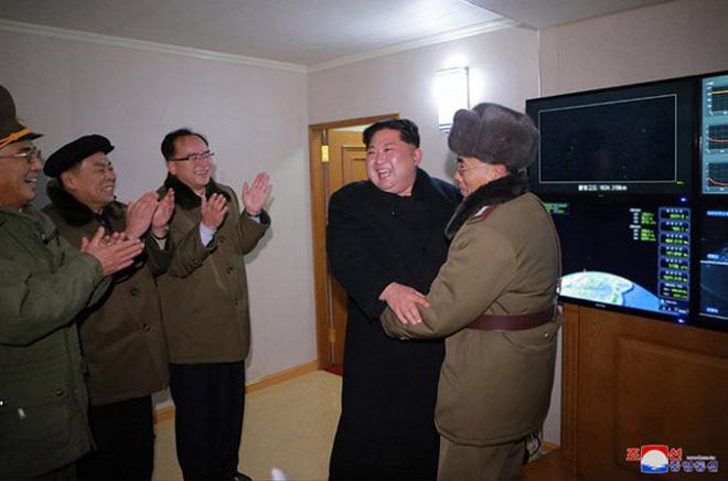 Ông Kim Jong-un cười tươi chỉ đạo phóng tên lửa có thể vươn đến Washington - Ảnh 10.