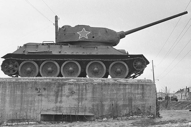 Xe tăng huyền thoại T-34 đè bẹp lực lượng thiết giáp Đức Quốc xã - Ảnh 10.