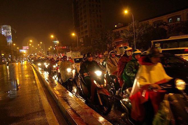 Hàng ngàn người dân Thủ đô chôn chân trong mưa rét vì tắc đường - Ảnh 9.