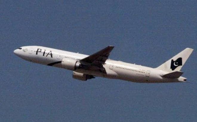 Máy bay nhồi nhét khách, 7 hành khách phải đứng suốt 3 tiếng đồng hồ