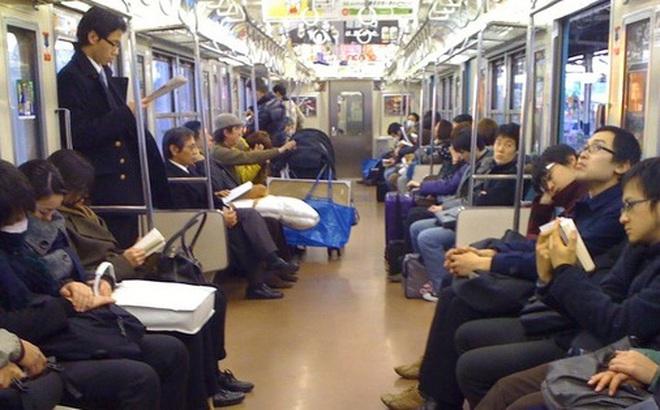 Vì sao người Nhật luôn làm điều này với điện thoại di động của mình khi đi tàu điện ngầm?