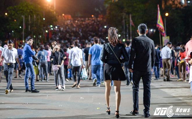 Lễ hội Đền Hùng 2017: Bất chấp cảnh báo, thiếu nữ váy ngắn vẫn hồn nhiên tung tăng