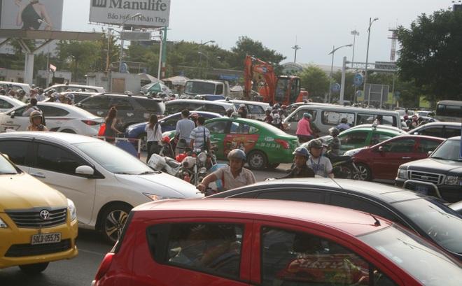 Kẹt xe, hành khách chạy thục mạng vào sân bay Tân Sơn Nhất