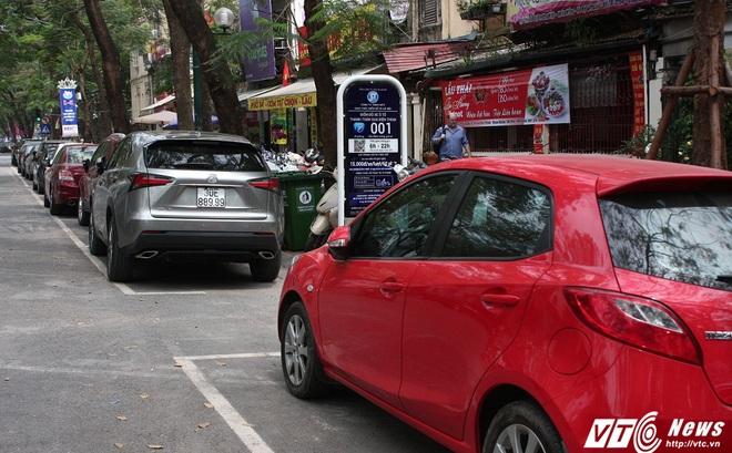 Ảnh: Tài xế sử dụng công nghệ đỗ xe thông minh tại Hà Nội thế nào?