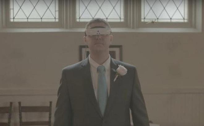 Công cụ thông minh này đã giúp người đàn ông khiếm thị được nhìn thấy người vợ của mình trong bộ váy cưới