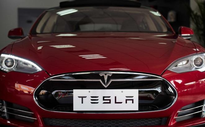 Xem xe Tesla biểu diễn kĩ năng đỗ xe vuông góc điêu luyện, có khi còn giỏi hơn cả tài xế người