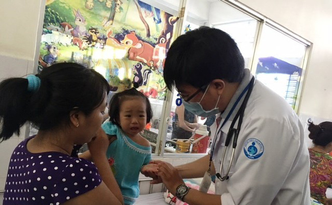 Sau sốt xuất huyết, đến lượt trẻ phải thở máy vì dịch tay chân miệng