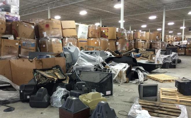"""Cận cảnh """"nghĩa địa TV"""" bao gồm 56.000 tấn TV cũ trong kho, công ty tái chế bị phạt 14 triệu USD để dọn chỗ này"""