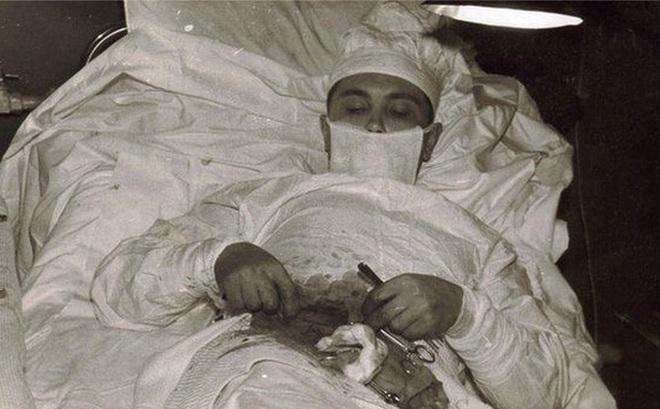 Đây là câu chuyện đằng sau bức ảnh vị bác sĩ người Nga tự phẫu thuật ruột thừa cho chính mình