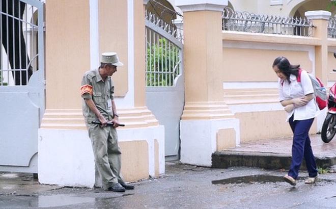"""Chuyện chưa kể về bác bảo vệ mà học sinh chuyên Lê Hồng Phong cúi đầu chào mỗi ngày: """"Hiệp sĩ"""" xích lô 21 lần bắt cướp"""