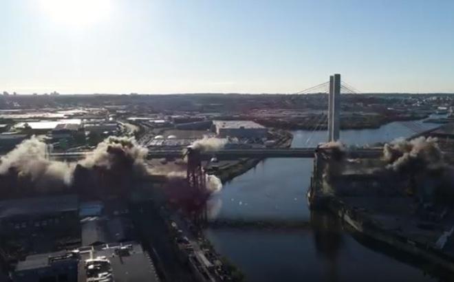 Xem cây cầu ở New York bị thổi bay thành ngàn mảnh trong chớp mắt