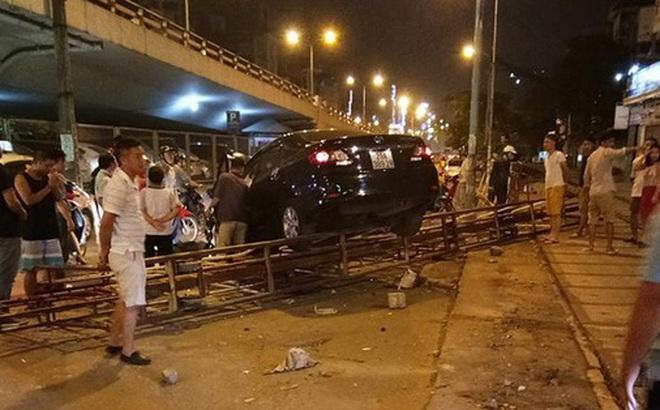 Hà Nội: Xe hơi mất lái húc bay rào chắn tàu hỏa ngã 4 Trường Chinh - Giải Phóng