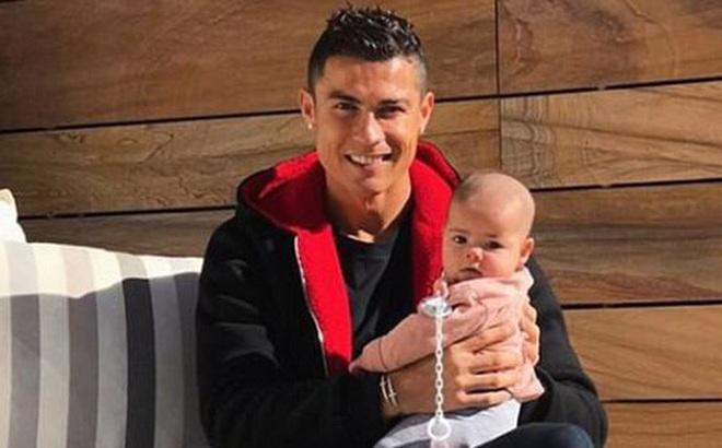 Bức ảnh Ronaldo tắm nắng cho con gái kháu khỉnh gây bão mạng