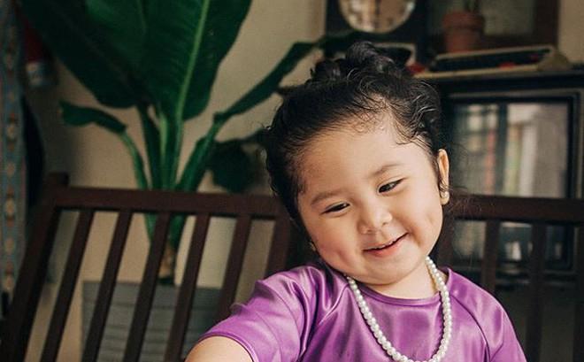 """Đây chính là """"cô Ba Sài Gòn"""" phiên bản 2,5 tuổi cưng hết sảy khiến dân mạng phát cuồng"""