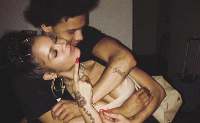 """Sao Man City công khai hẹn hò với """"bản sao Rihanna"""""""