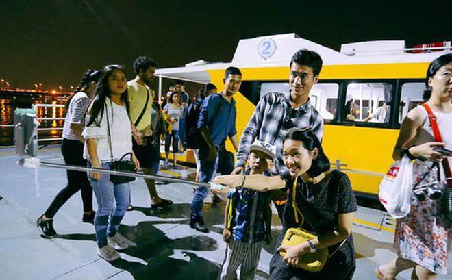 """Buýt đường sông ở Sài Gòn """"cháy"""" vé sau 10 ngày miễn phí, người dân chờ 2 tiếng mới được lên tàu"""