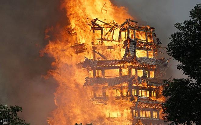 24h qua ảnh: Tháp gỗ cao nhất châu Á cháy rực trong biển lửa