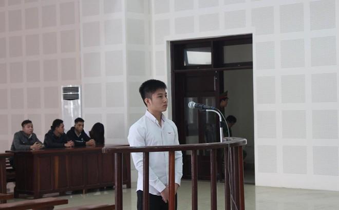 Hotboy đâm người yêu cũ vì ghen lĩnh 9 năm tù