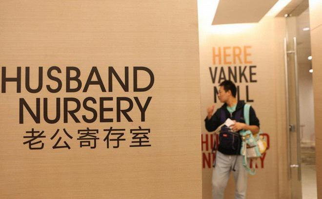 Ảnh, video: Trung tâm thương mại mở phòng gửi chồng cho vợ đi mua sắm