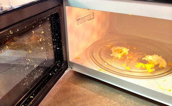 9 thực phẩm, vật dụng tuyệt đối không nên cho vào lò vi sóng