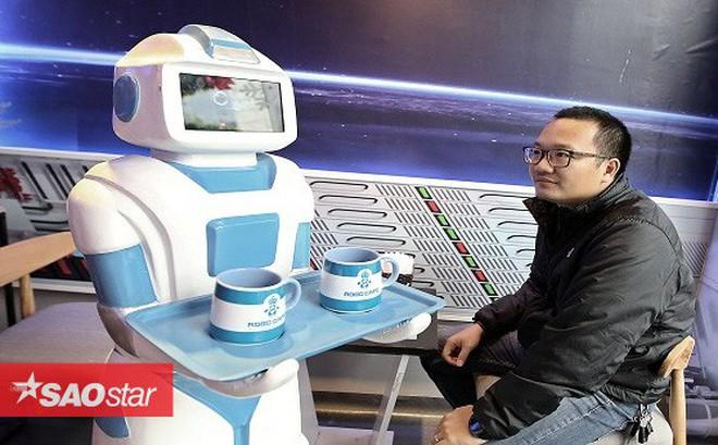 """Quán cafe ở Hà Nội sử dụng nhân viên bưng bê là một """"nàng""""… robot"""