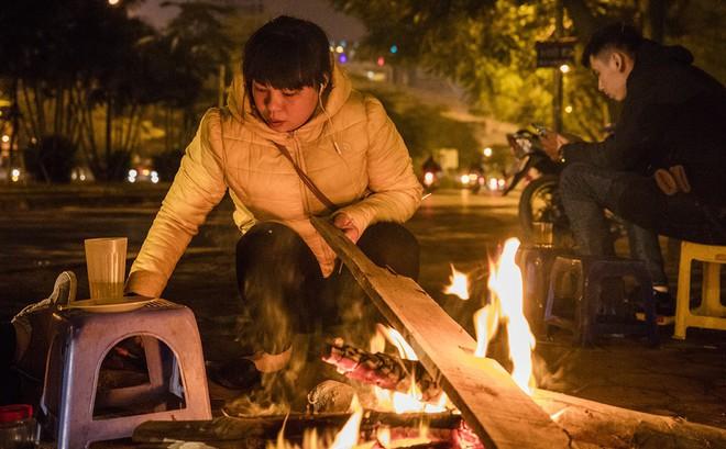 Hà Nội la liệt đốm lửa nhỏ trong đêm đông giá rét