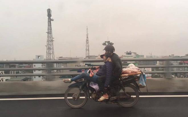 Tranh cãi về hình ảnh anh chồng ôm chặt cô vợ đang ngã lưng ngủ trước đầu xe máy