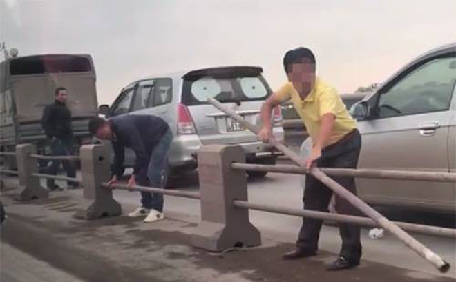 Xử phạt tài xế tháo dải phân cách trên cầu Thanh Trì để chạy trốn CSGT