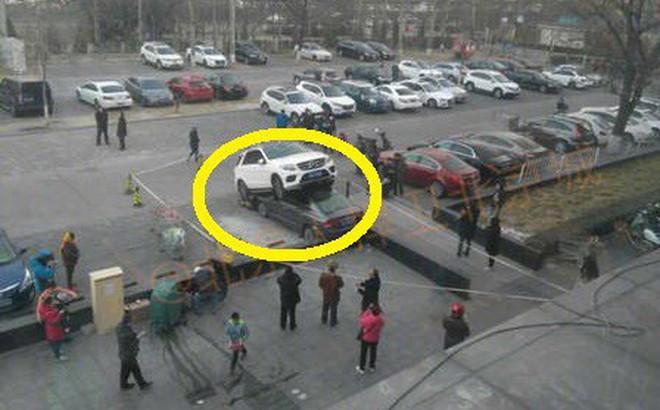 Tránh xe máy, Mercedes 7 chỗ… lao thẳng lên nóc xe con