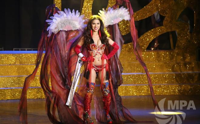 """Nữ tiếp viên hàng không thi bikini ấn tượng, """"giật"""" 4 giải tại Hoa hậu quý tộc thế giới"""
