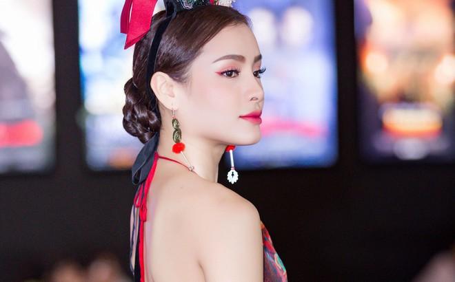 Phương Trinh Jolie lưng trần nóng bỏng, chi tiền khủng tặng quà fan