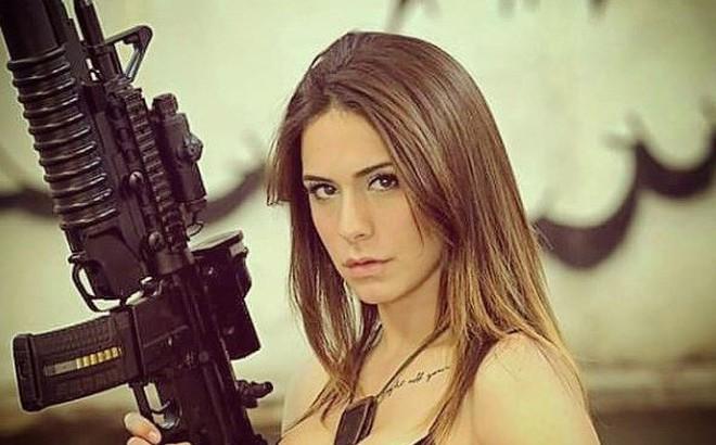 Vẻ sexy khó cưỡng bên cây súng của nữ binh sĩ Israel
