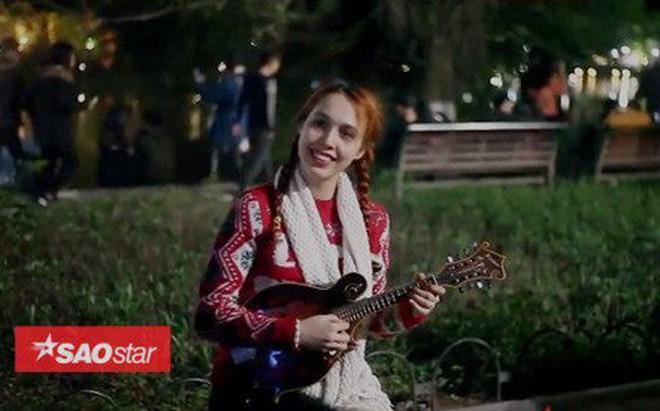 Clip: Cô gái nước ngoài solo đàn ukulele 'cực chất' trong đêm Giáng sinh