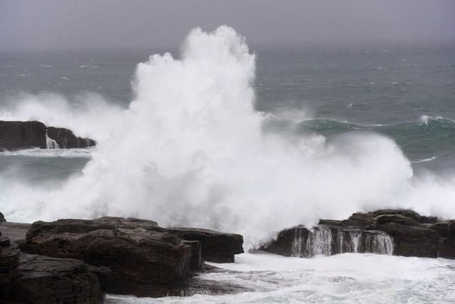Những hình ảnh đầu tiên về siêu bão quái vật Lan khi đổ bộ Nhật Bản - Ảnh 4.