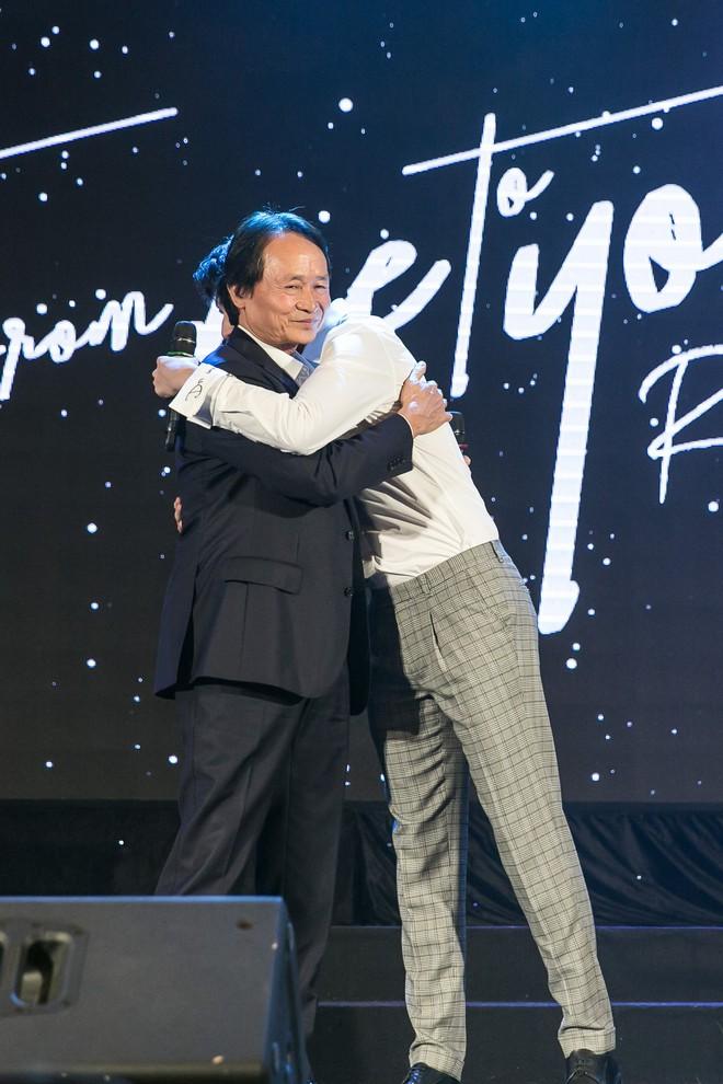 Rocker Nguyễn xúc động ôm chặt bố ruột trong buổi họp fan  - Ảnh 10.