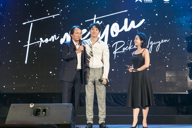 Rocker Nguyễn xúc động ôm chặt bố ruột trong buổi họp fan  - Ảnh 9.