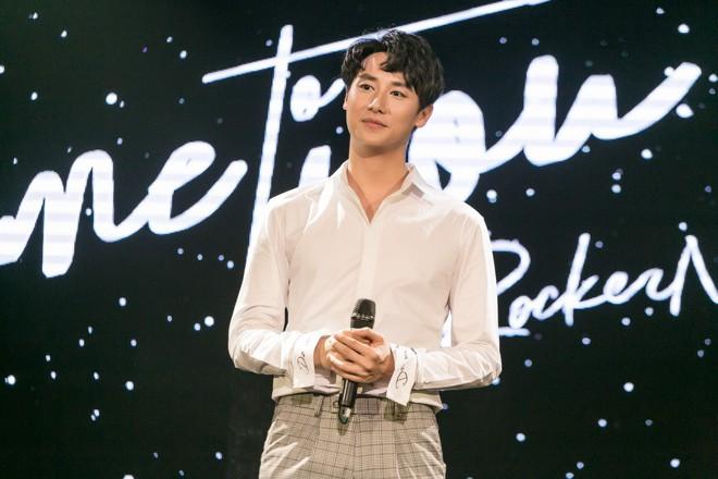 Rocker Nguyễn xúc động ôm chặt bố ruột trong buổi họp fan  - Ảnh 1.