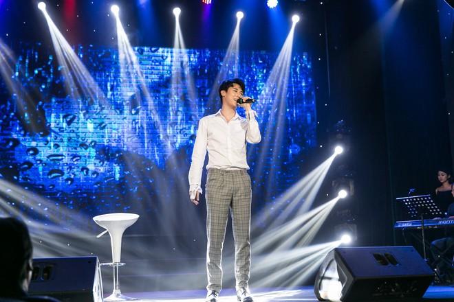 Rocker Nguyễn xúc động ôm chặt bố ruột trong buổi họp fan  - Ảnh 4.