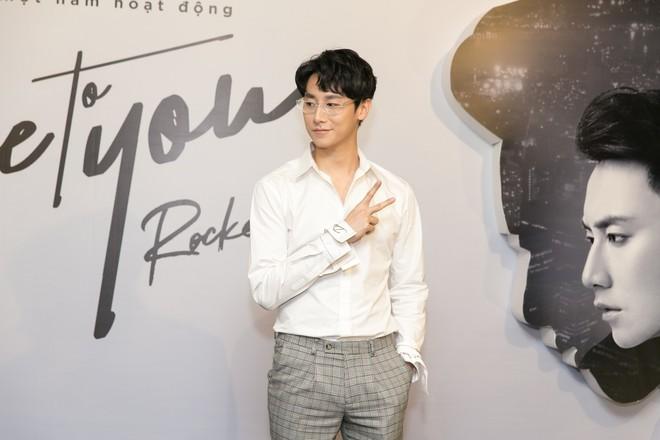 Rocker Nguyễn xúc động ôm chặt bố ruột trong buổi họp fan  - Ảnh 12.
