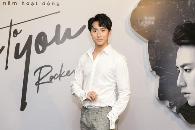Rocker Nguyễn xúc động ôm chặt bố ruột trong buổi họp fan  - Ảnh 11.