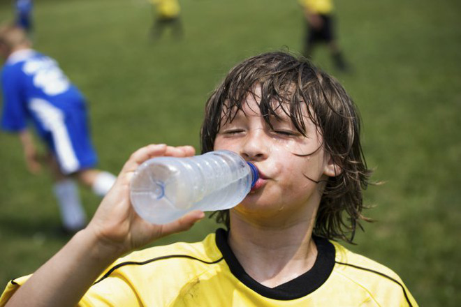 Nắng nóng kỷ lục, cần nhớ 7 dấu hiệu căn bệnh nguy hiểm ai cũng có thể gặp khi đi nắng - Ảnh 1.