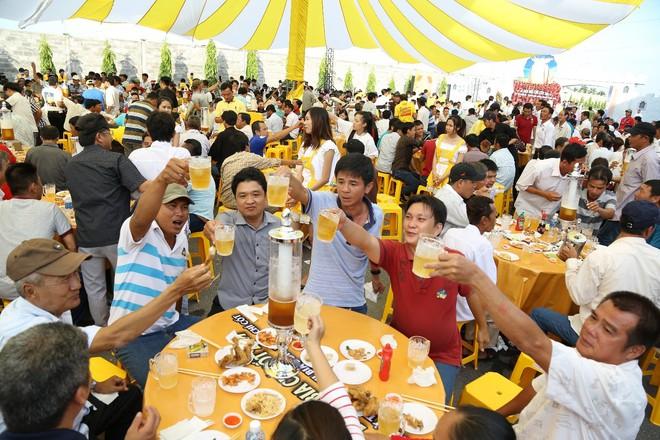 2000 anh em chí cốt vui quá xá tại lễ hội bia bồn đầu tiên - Ảnh 2.
