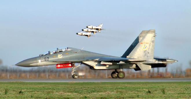 Kinh ngạc: F-16 hàng bãi bền... gấp đôi Su-30MK sản xuất mới - Ảnh 2.