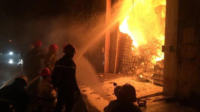 Cháy dữ dội gần Cảng Sài Gòn, khói và lửa bốc cao hàng chục mét kèm tiếng nổ lớn - Ảnh 6.