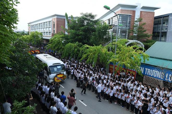 Hơn 1000 học sinh hát vang bài ca Lương Thế Vinh vĩnh biệt thầy Văn Như Cương - Ảnh 13.