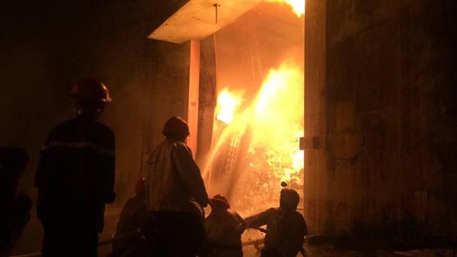 Cháy dữ dội gần Cảng Sài Gòn, khói và lửa bốc cao hàng chục mét kèm tiếng nổ lớn - Ảnh 7.