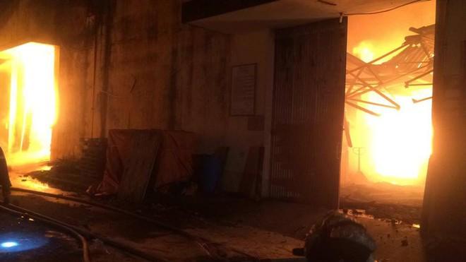 Cháy dữ dội gần Cảng Sài Gòn, khói và lửa bốc cao hàng chục mét kèm tiếng nổ lớn - Ảnh 8.