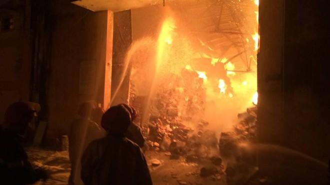 Cháy dữ dội gần Cảng Sài Gòn, khói và lửa bốc cao hàng chục mét kèm tiếng nổ lớn - Ảnh 3.