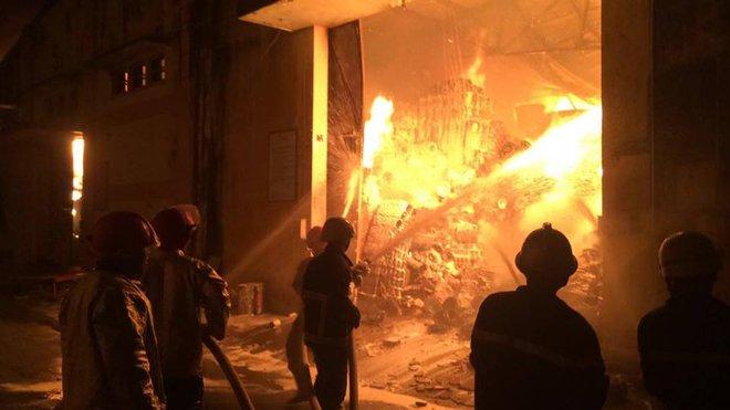 Cháy dữ dội gần Cảng Sài Gòn, khói và lửa bốc cao hàng chục mét kèm tiếng nổ lớn - Ảnh 4.